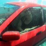 Thoát hiểm khỏi ô tô khi rơi chìm xuống nước