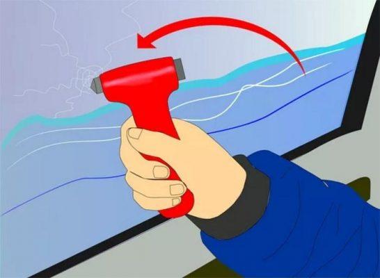 kỹ năng thoát hiểm khi xe ô tô rơi xuống nước